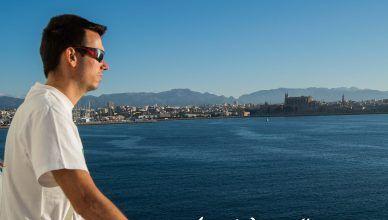 Kike mirando al horizonte de Mallorca con Baleària