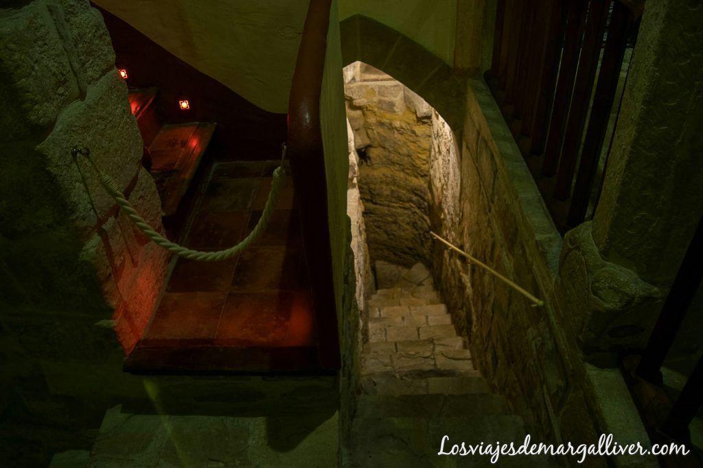 Escaleras al piso inferior de la sinagoga del agua en Úbeda-Los viajes de margalliver