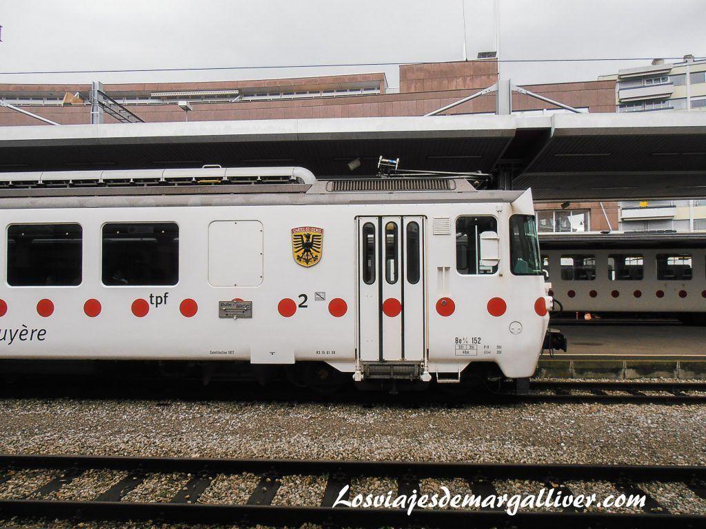 Tren con destino gruyeres en la estación de frigurgo - Los viajes de Margalliver