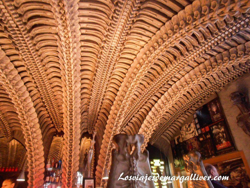 detalle del techo del HR Gger Bar en Gruyeres- Los viajes de Margalliver