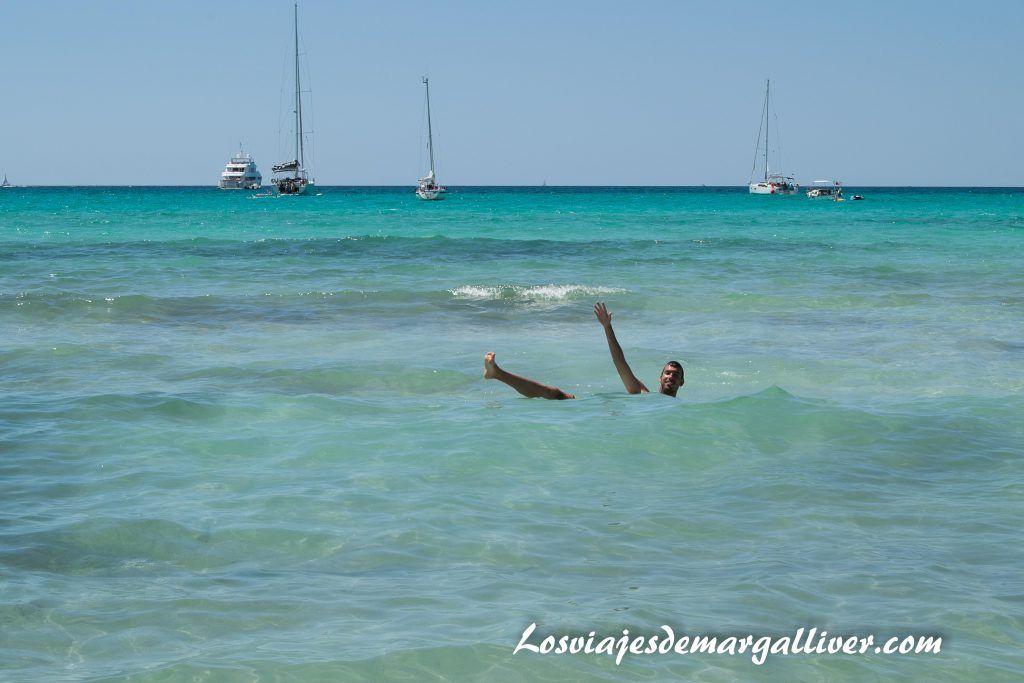 kike en la playa de Es Trenc, ruta en coche por Mallorca en 7 días - Los viajes de Margalliver