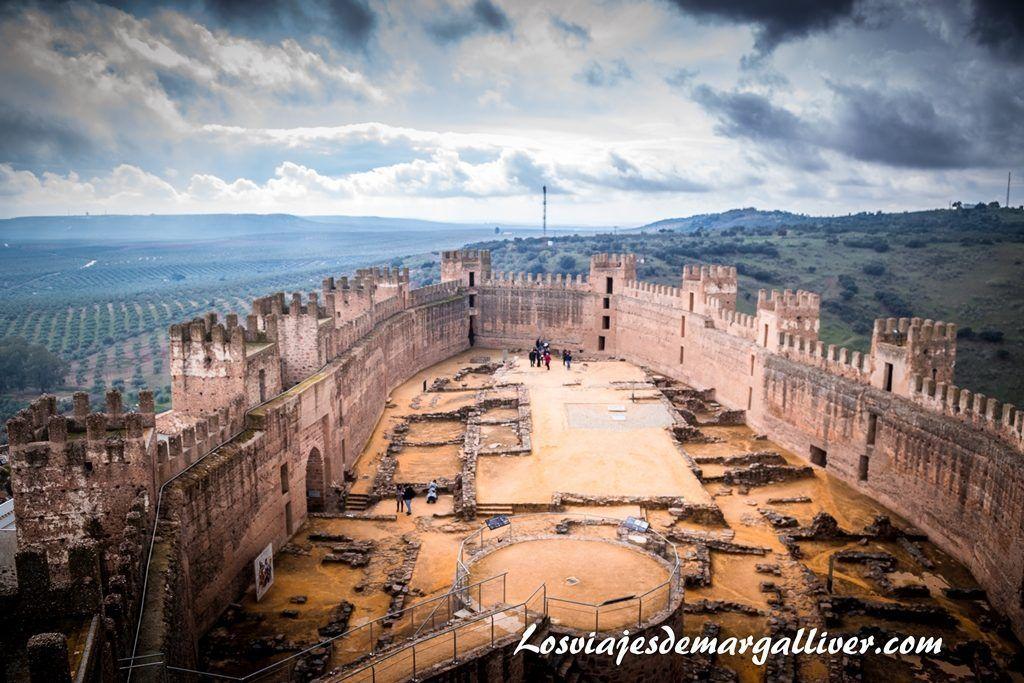 Vistas del interior del castillo de Baños de la Encina desde la torre del homenaje - Los viajes de Margalliver