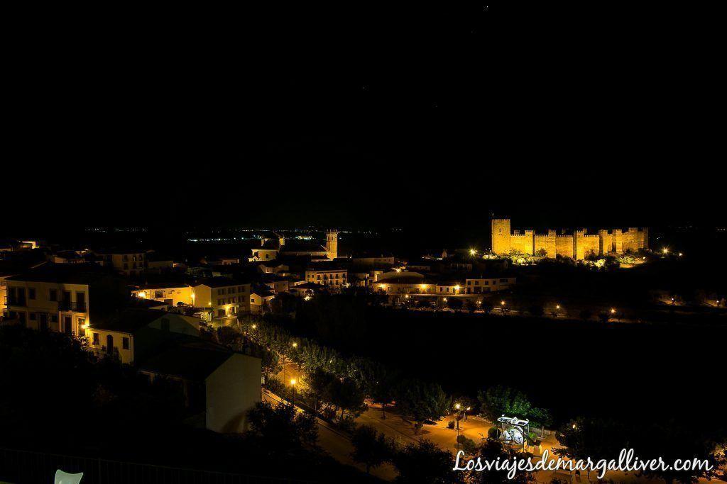 Vistas de noche del castillo de Burgalimar desde la terraza de nuestra habitación en Baños de la Encina , qué ver en baños de la encina - Los viajes de Margalliver