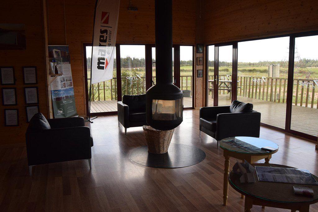 Salon con Chimenea en Zmar Eco Experience - Los viajes de Margalliver