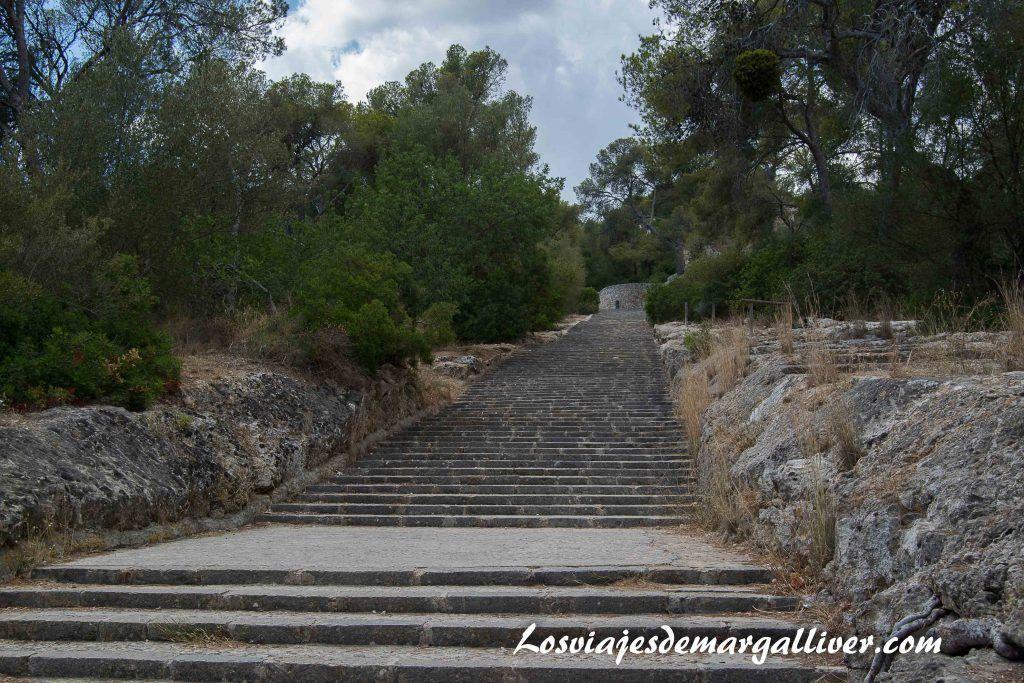 Escaleras para subir al Castillo de Bellver en Palma de Mallorca - Los viajes de Margalliver