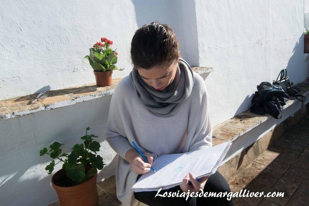 Marga dibujando la giralda en casa-museo Amalio en Sevilla - los viajes de margalliver