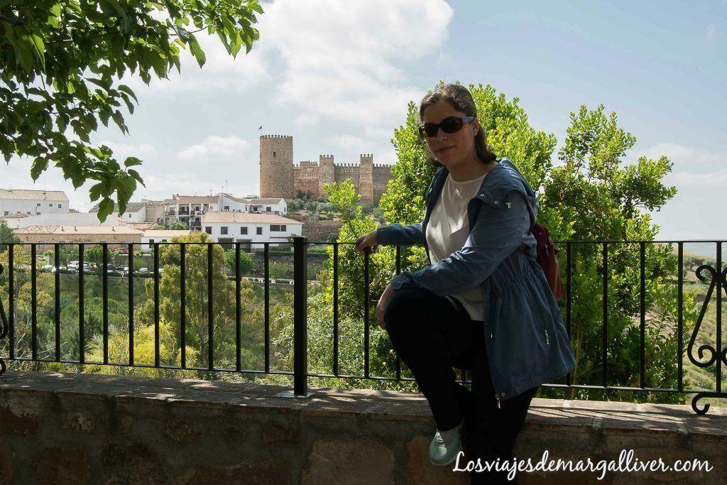 Margalliver con el castillo Burgalimar de fondo en Baños de la Encina, qué ver en Baños de la encina - Los viajes de Margalliver