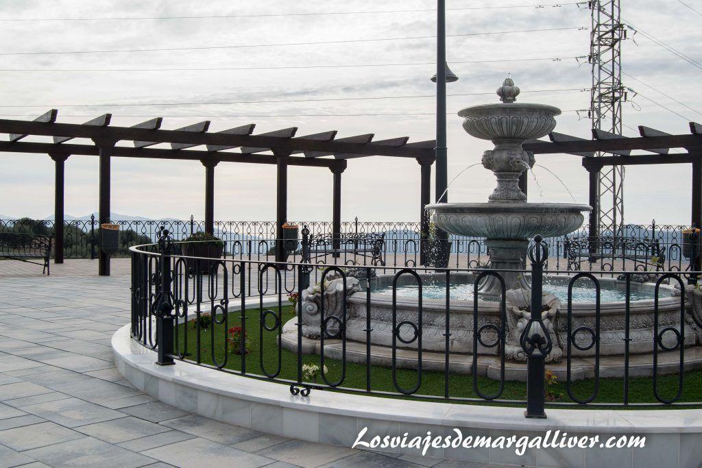 Una de las plazas de Periana, en la Axarquiía - Los viajes de Margalliver