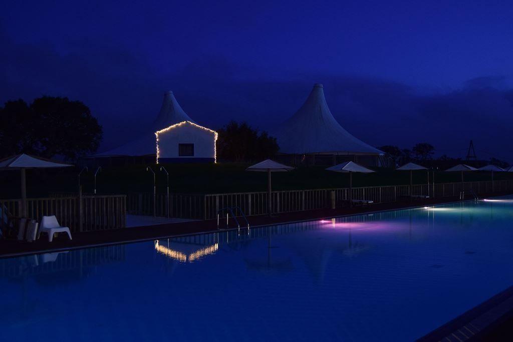 Piscina iluminada de Zmar Eco Experience - Los viajes de Margalliver
