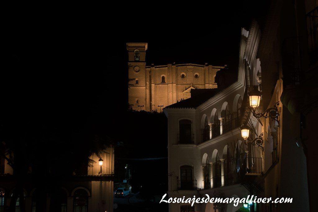 Vista nocturna de la colegiata de Osuna, a una hora de - Los viajes de Margalliver