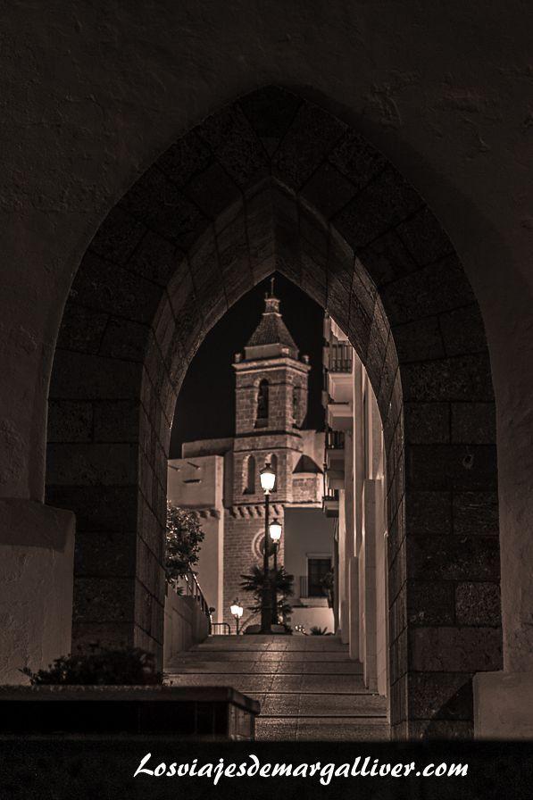 Vista de la Iglesia de la O desde el callejo del paseo Maritimo, que ver en Rota - Los viajes de Margalliver