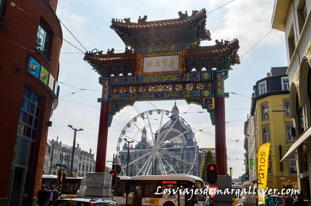 Puerta de entrada al barrio chino de Amberes, que ver en Amberes en un día - Los viajes de Margalliver