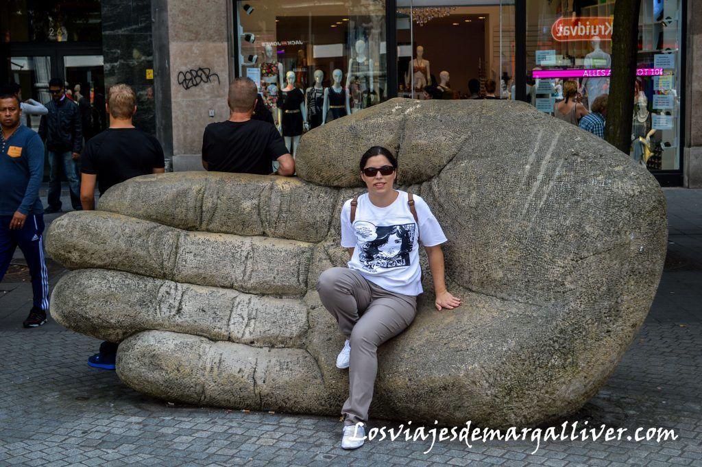 La mano cortada del gigante Lange Wapper, que ver en Amberes en un día - Los viajes de Margalliver