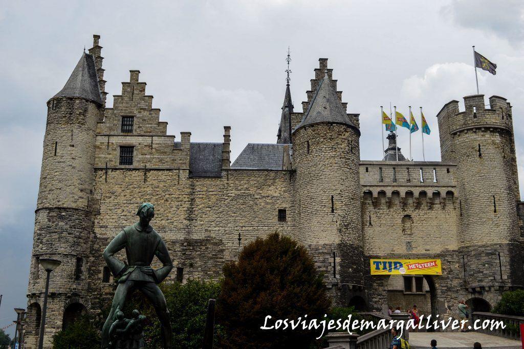 Castillo Steen con la escultura del gigante Lange Wapper, amberes en un día - Los viajes de Margalliver