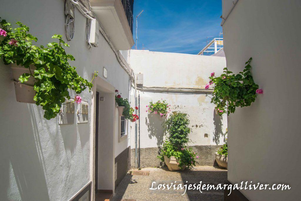barrio con tipicas casas andaluzas blancas y con flores, Que ver en Rota - Los viajes de Margalliver