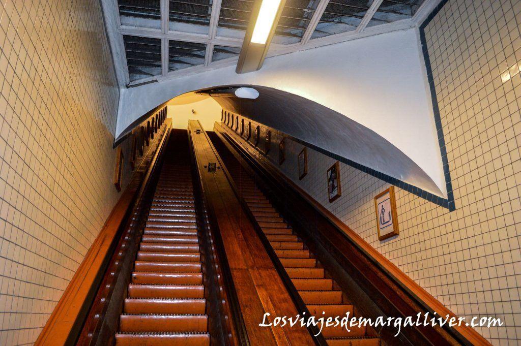 Escaleras mecánicas de madera del tunel de Santa Ana, Amberes en un día - Los viajes de Margalliver