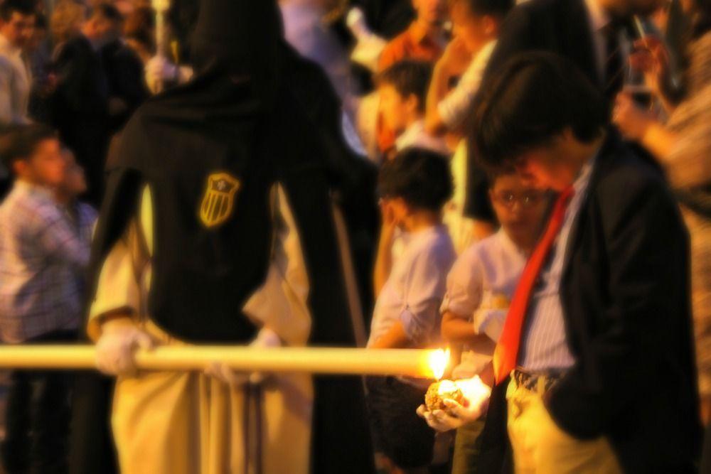 Nazareno dando cera a los niños en Semana Santa de Sevilla - Los viajes de Margalliver