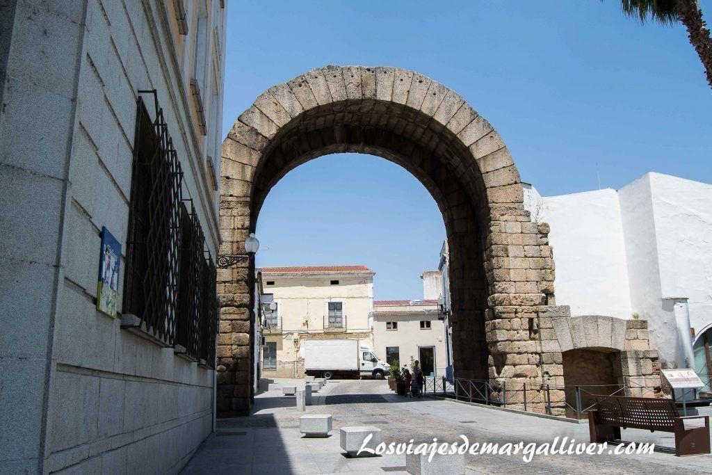 Arco de Trajano, que ver en Mérida en dos días - Los viajes de Margalliver