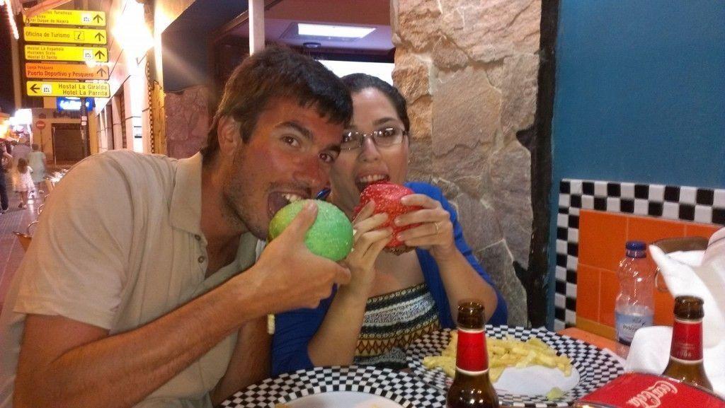 """Burguer de colores en el """"Café Dadá"""" situado en la Costilla, que ver en Rota - Los viajes de Margalliver"""