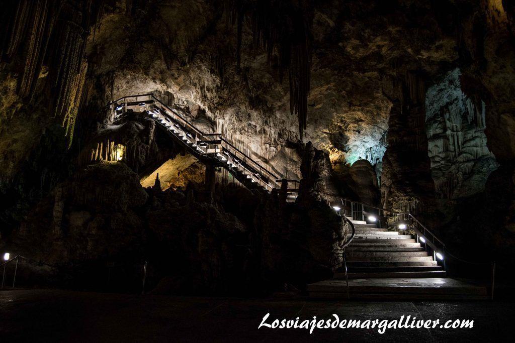 Escalera de entrada a la Cueva de Nerja - Los viajes de Margalliver