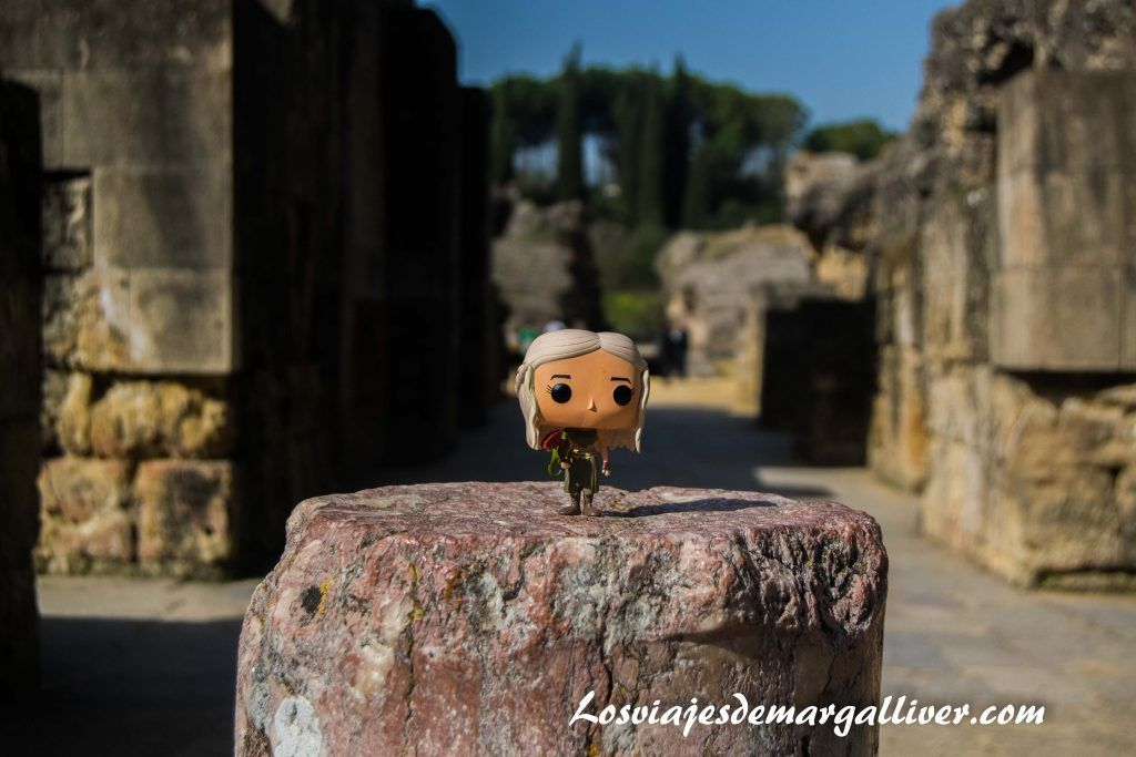 Daenerys en el anfiteatro de Italica en la ruta de Juego de Tronos por Andalucía - Los viajes de Margalliver