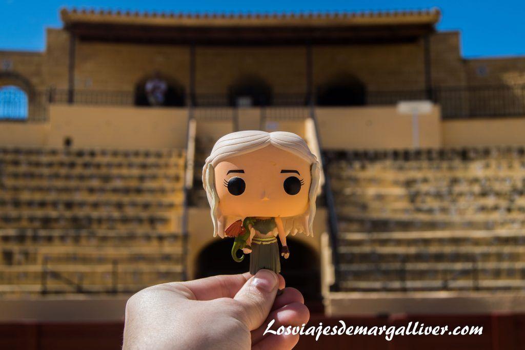 Daenerys en la plaza de toros de Osuna en la ruta de juego de tronos por Andalucía - Los viajes de Margalliver