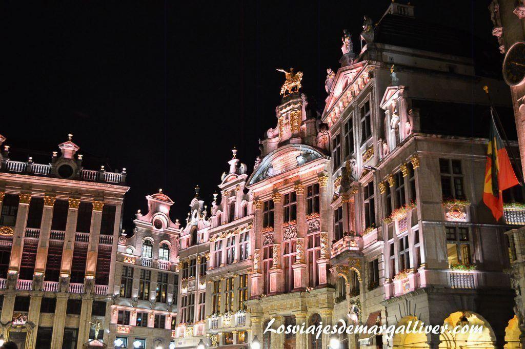 Paseando por la Grand Place de Bruselas de noche, 10 cosas que ver y hacer en Bruselas - Los viajes de Margalliver