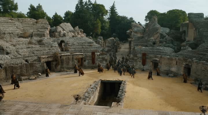 Entrada del Anfiteatro de Italica representando a Pozo Dragón en Juego de tronos por Andalucía - Los viajes de Margalliver