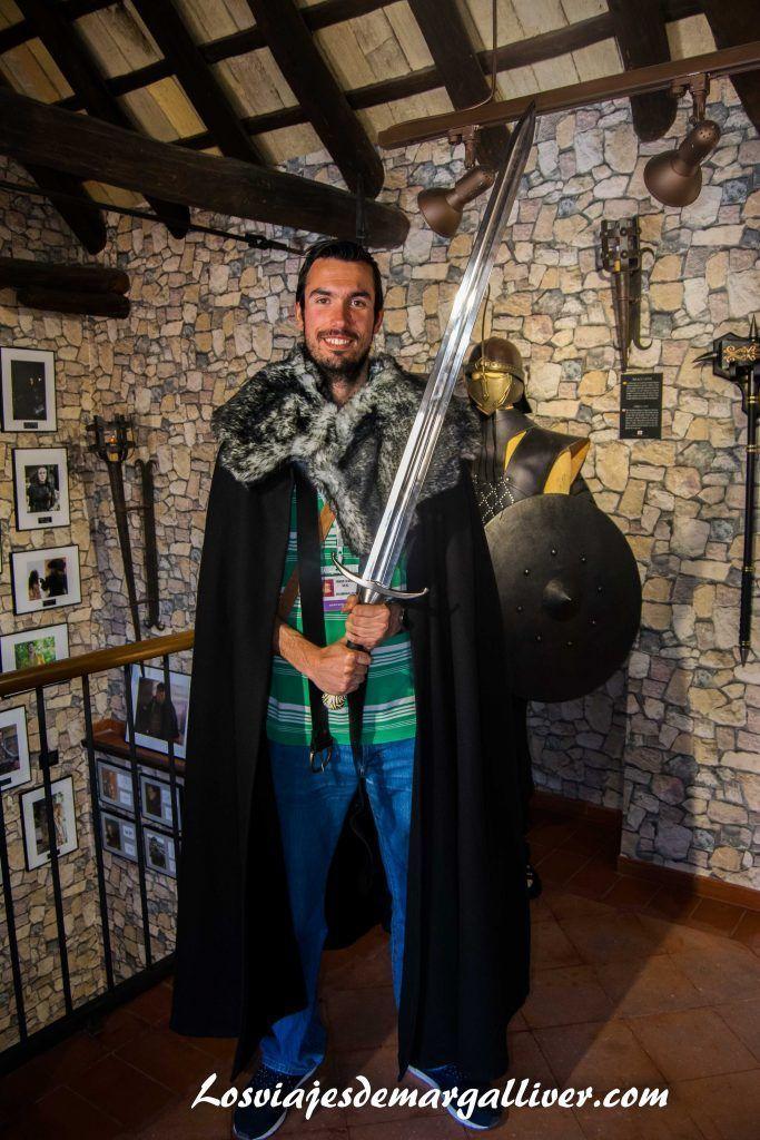 Kike vestido como John Snow en el museo de Juego de Tronos de Osuna - Los viajes de Margalliver