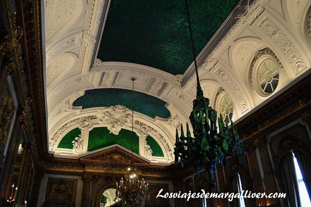 Detalle lampara verde en el palacio de la nación en Bruselas, 10 cosas que ver y hacer en Bruselas - Los viajes de Margalliver