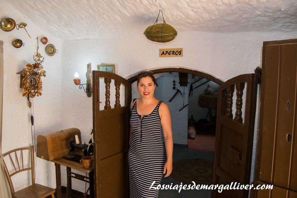 Marga visitando una casa cueva en Guadix - Los viajes de Margalliver