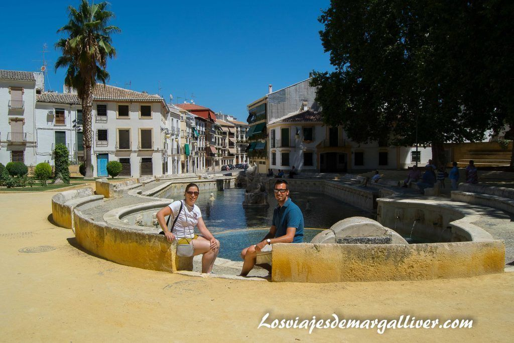 Margalliver en la fuente del rey de Priego de Córdoba - Los viajes de Margalliver