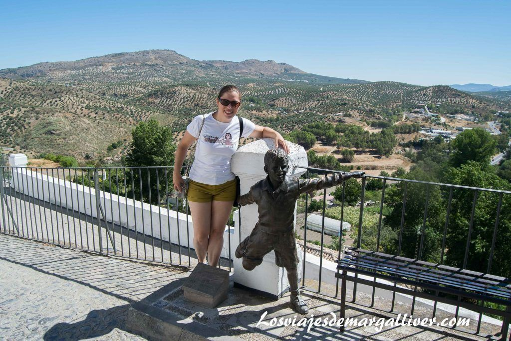 Margalliver con la escultura de Joselito en Priego de Córdoba - Los viajes de Margalliver