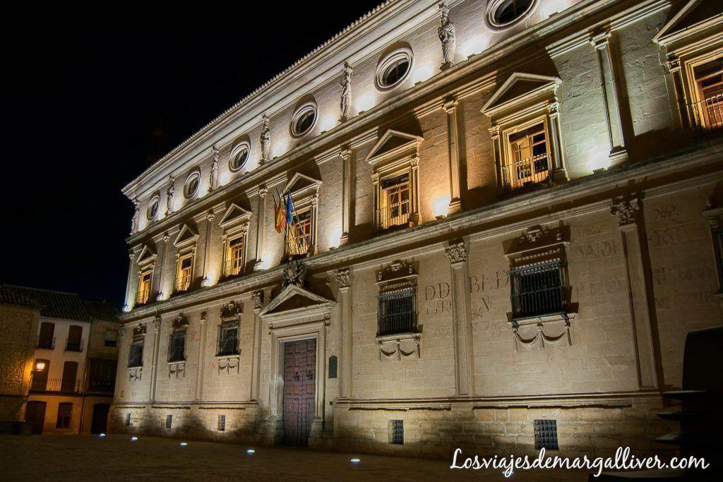 Palacio de las cadenas vista de noche en Úbeda en un día - Los viajes de margalliver