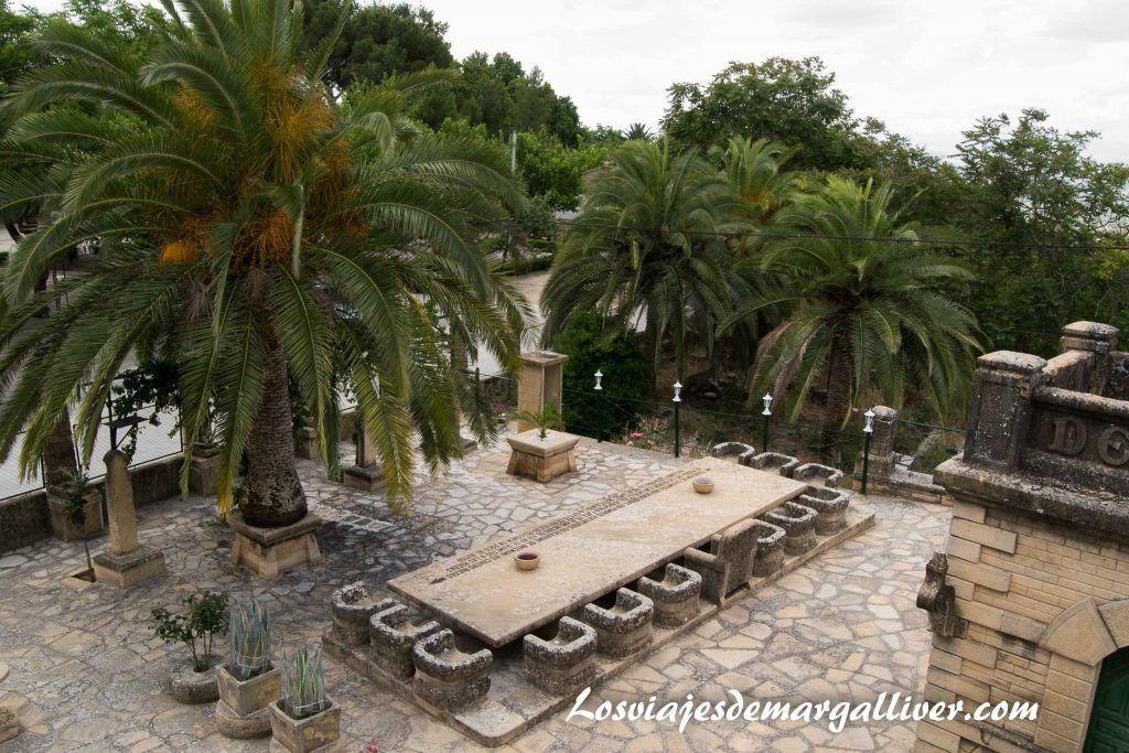 Patio de la casa de la piedra con su mesa de la última cena en Porcuna - Los viajes de Margalliver