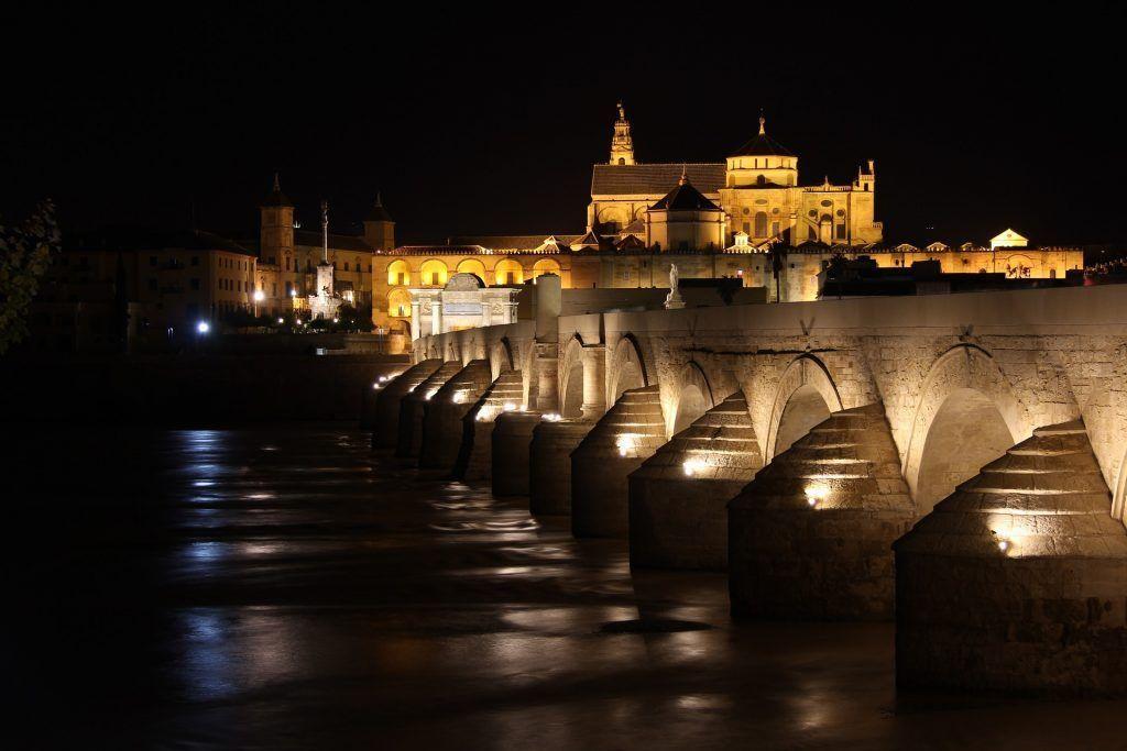 Puente romano de Córdoba de noche, ruta de juego de Tronos por Andalucía - Los viajes de Margalliver