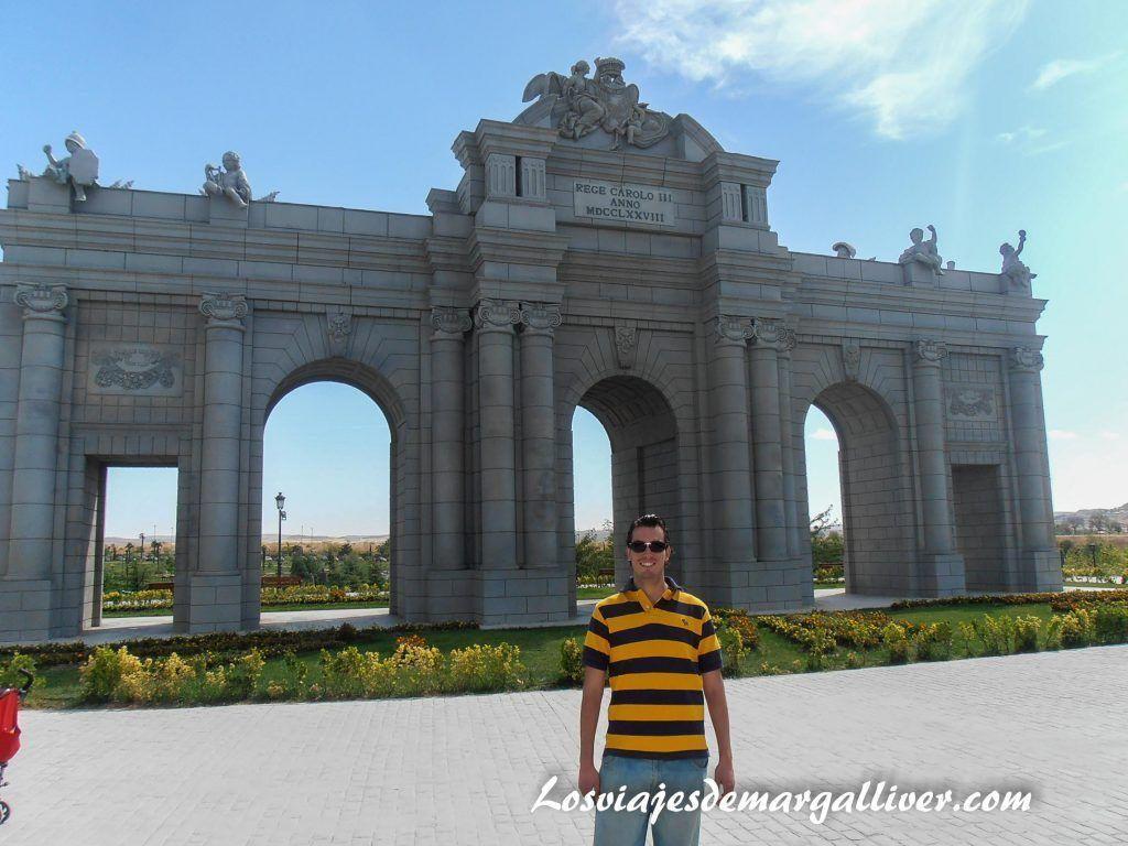 puerta Alcalá en el parque europa en Madrid - Los viajes de Margalliver