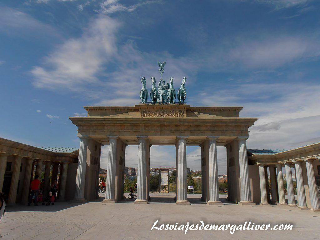 Puerta de Brandeburgo de Berlín en el Parque Europa - Los viajes de Margalliver