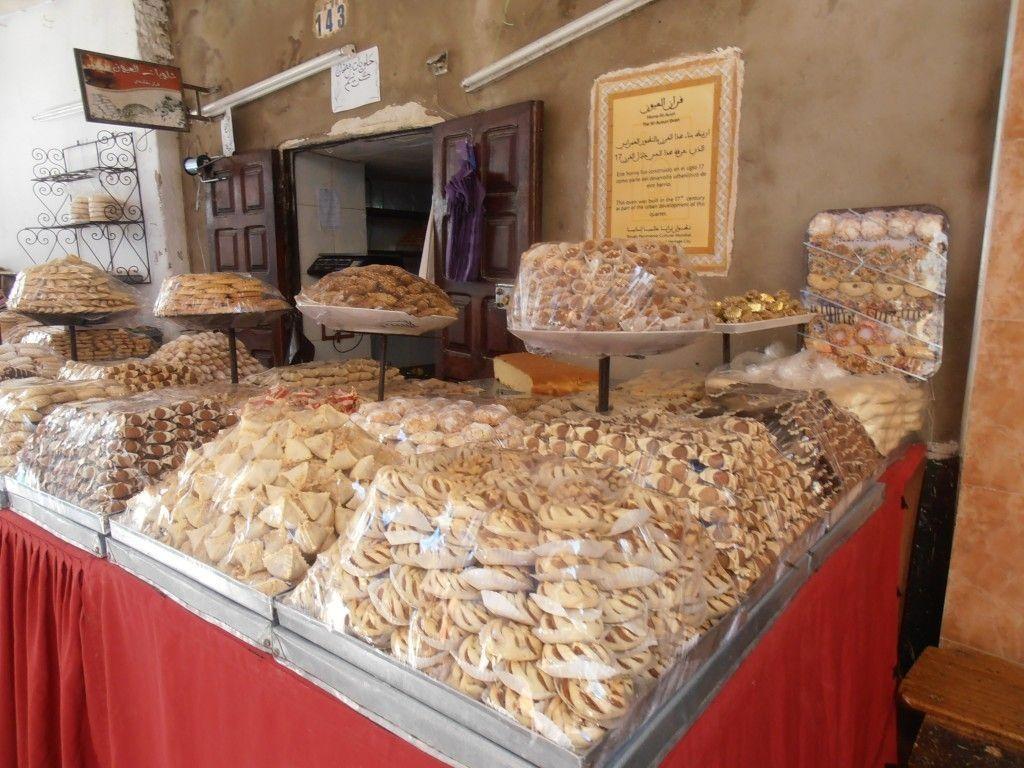 Puesto de comida y dulces en la medina, Que ver en Tetuan - Los viajes de Margalliver