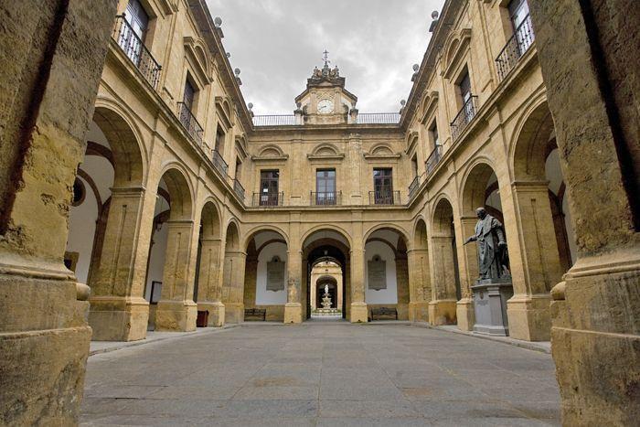 Foto oficial del patio del Rectorado de la Universidad de Sevilla, ruta por Sevilla - Los viajes de Margalliver