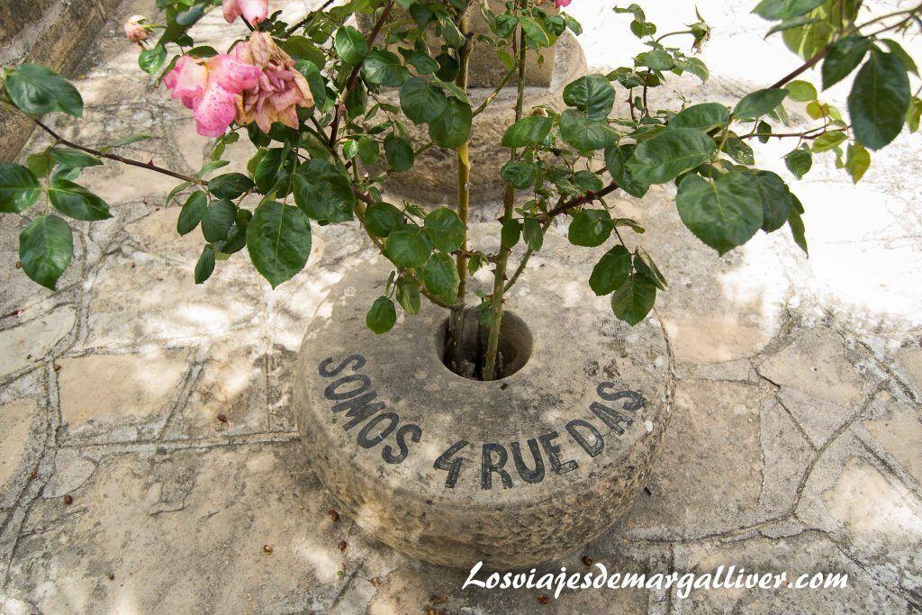 Ruedas como maceteros en la casa de la piedra de Porcuna - Los viajes de Margalliver