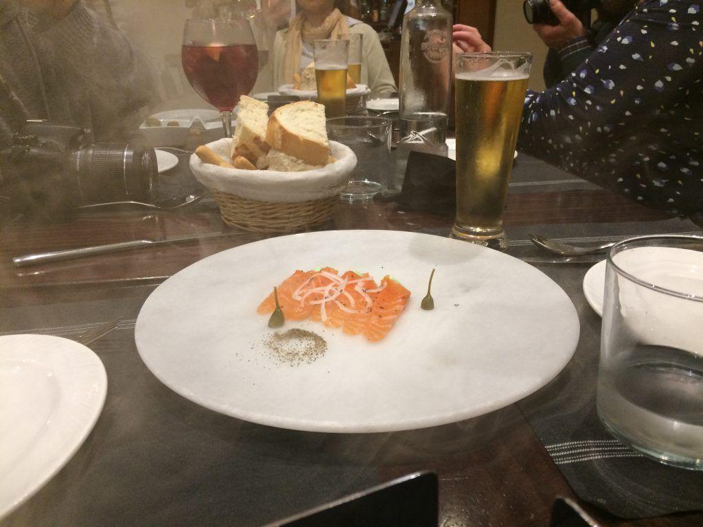 Salmón ahumao en mesa, restaurante Patanegra 57 en Nerja - Los viajes de Margalliver