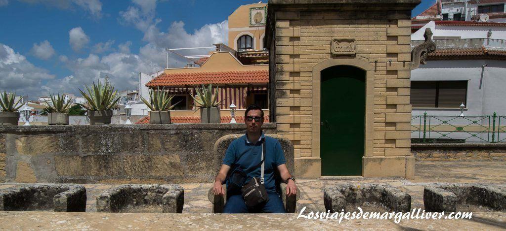 Kike sentado en la mesa de la última cena de la casa de la piedra de Porcuna - Los viajes de Margalliver