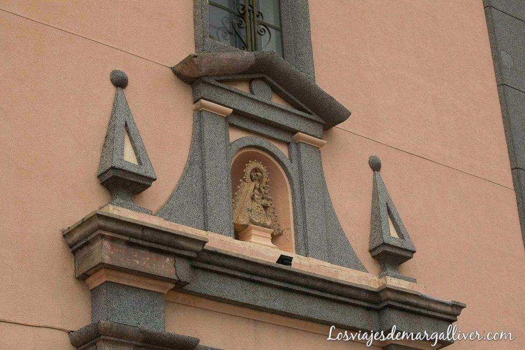 Detalle fachada del santuario de la virgen de la villa en Martos - Los viajes de Margalliver