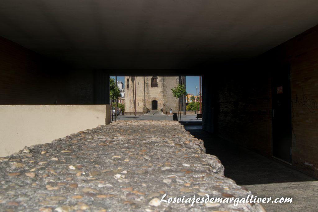 Detalle de la muralla con vistas a la torre del oro en la Sevilla americana - Los viajes de Margalliver
