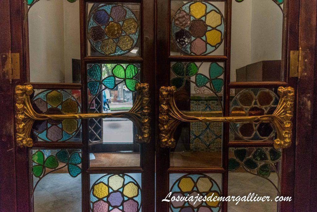 Detalle vidriera que hace de separación en una de las puertas de la Casa de les Punxes en Barcelona - Los viajes de Margalliver