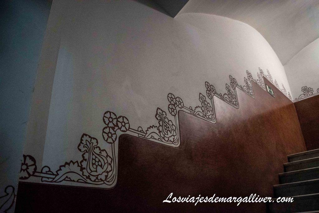 Decoración de las escaleras en la Casa de los Punxes en Barcelona - Los viajes de Margalliver