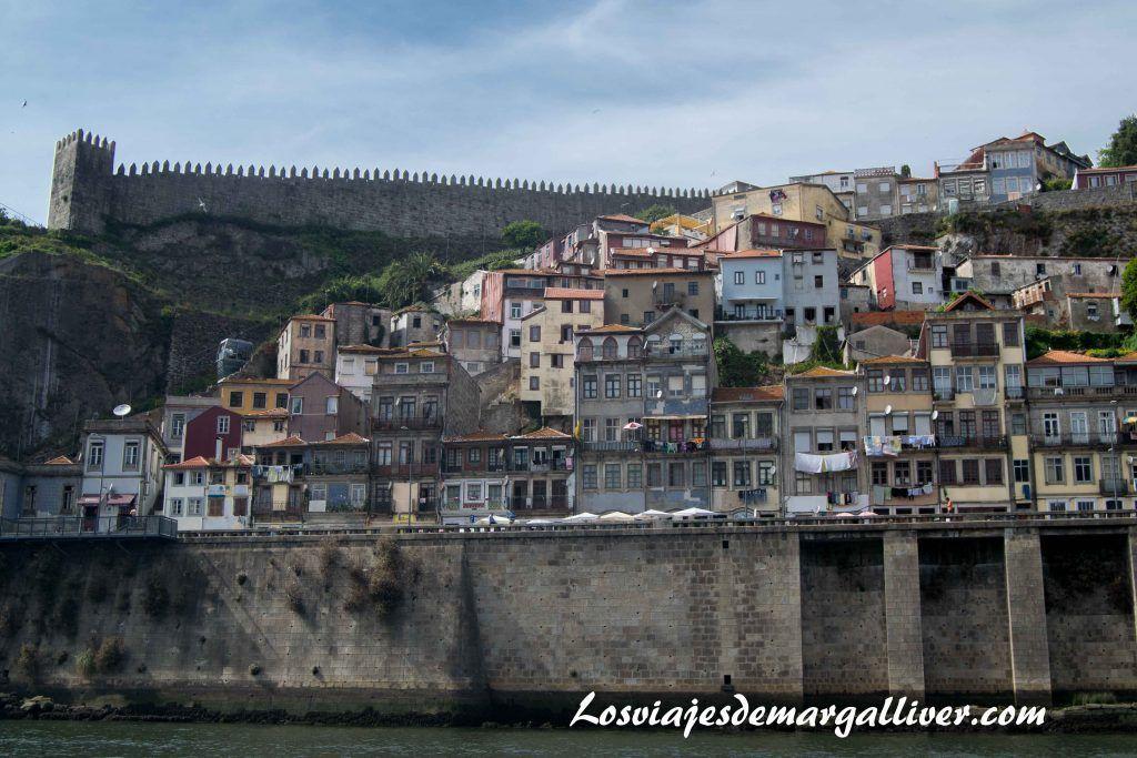 Preciosa vista de la muralla y casitas en la ribera del río Duero, visitar Oporto - Los viajes de Margalliver
