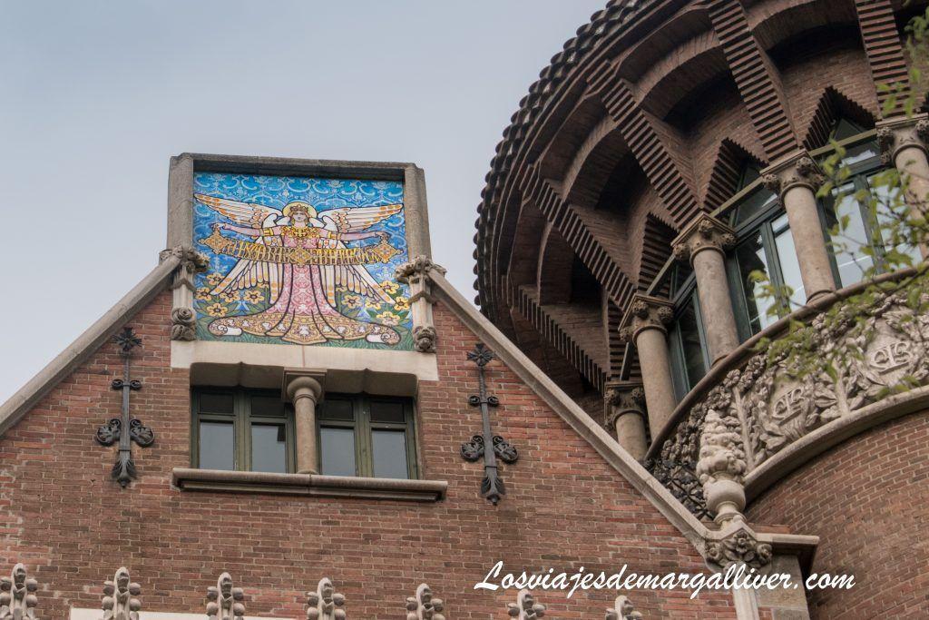 Casa perteneciente a la hermana Ángela, podemos contemplar a la derecha las iniciales ATB, la Casa de les Punxes en Barcelona - Los viajes de Margalliver