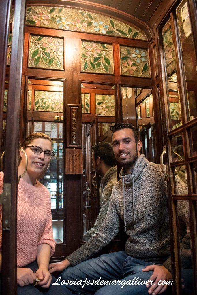 Interior del ascensor original de la casa de les Punxes, que sigue funcionando - Los viajes de Margalliver